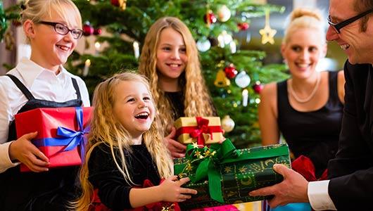 подарил подарки детям