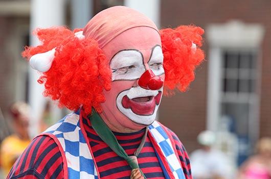 уличный клоун в костюме