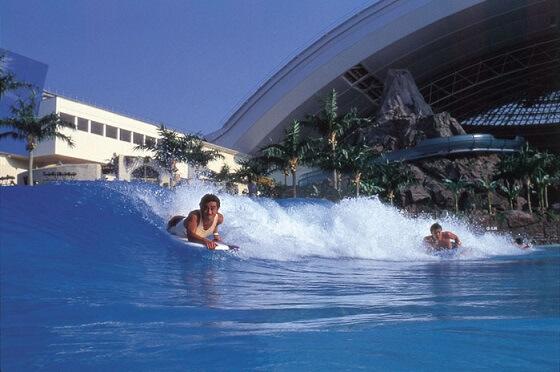 искусственная волна в крытом аквапарке